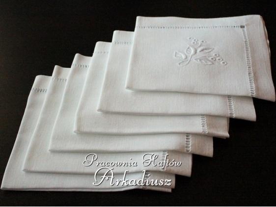 Komplet ręcznie haftowanych serwet lnianych