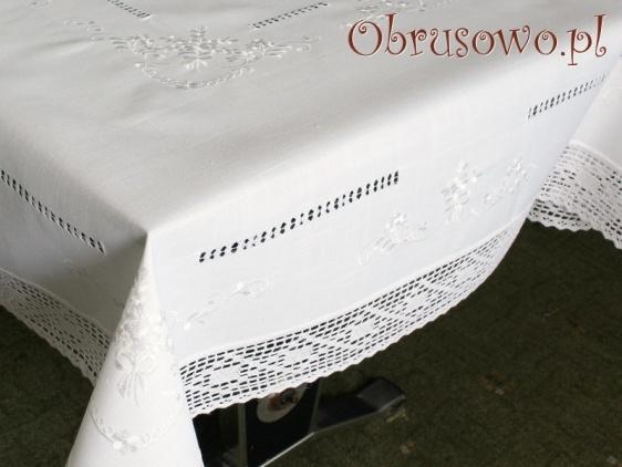 Obrus haftowany z koronką KOM-6937